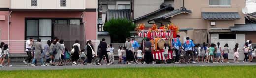 たくさんの子供達が山車を曳いています