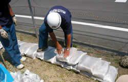 土のう袋を積む訓練
