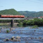 鉄橋を渡るローカル列車