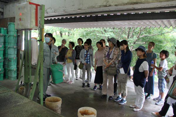 堆肥センターで製造工程を見学=倉敷市船穂町