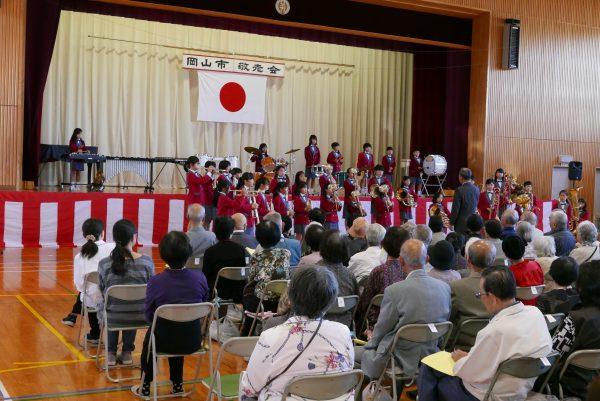 平井小スマイルバンドの演奏
