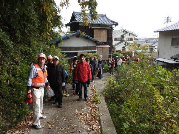 操山に避難する参加者