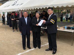 寄贈を受ける那須会長(左)と齊藤学長(中)