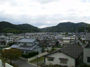 彦崎小学校・明石山・熊山を望む