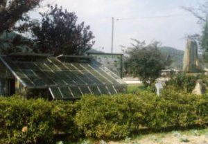 復元された原始温室と顕彰碑
