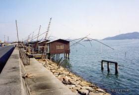 児島湾に並んだ四つ手網です(升田)