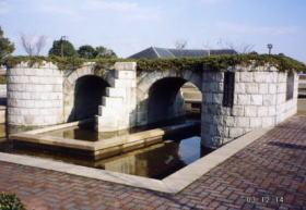 沖新田300年記念に六番川にあった大樋を復元し,六番川水の公園に設置されたものです。