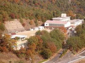 馬屋上小学校(右奥)と幼稚園(手前)