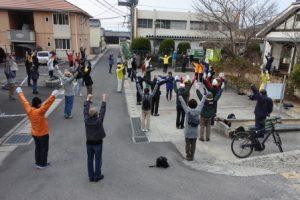 富山中学生のリードで準備体操