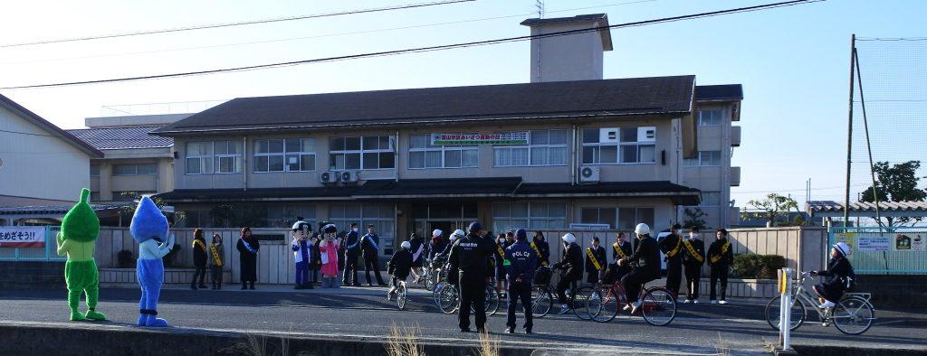 富山中学校正門にて