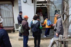 富山中学生による豚汁の給仕