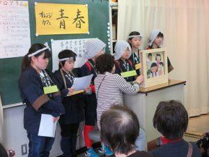 紙芝居を演じる富山豊年踊り伝承会の小学生会員