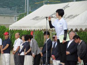来賓を代表して祝辞を述べる廣畑富山小学校長