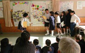 マップを説明する児童