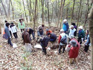 参加者でドウダンツツジ苗の植栽