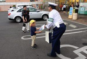 子連れの買い物客に「交通安全」