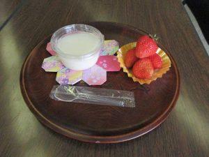 杏仁豆腐とイチゴのデザート