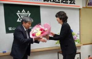 長尾前富山中学校教頭への花束贈呈