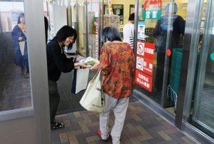 買い物客に「交通安全」
