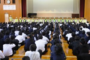 全校生徒に語りかける濱邊会長と参加隊員