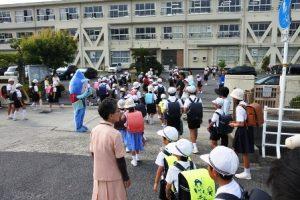 富山小学校正門でミコロもお出迎え