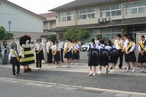 富山中学校正門でマナビーたちもお出迎え