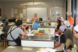 料理の手順を説明する加藤会長