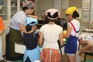 親子睦まじく料理に取り組む参加者