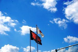 秋空にはためく日章旗と体協旗