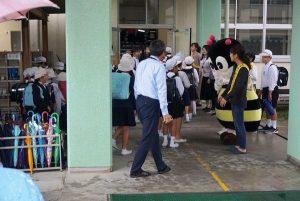 富山小学校で児童を出迎えるマナビー