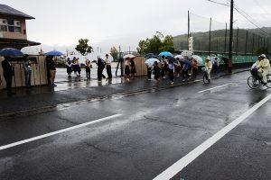 富山中学校正門で出迎えるPTA役員など