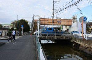 富山小学校前の福泊歩道橋工事現場