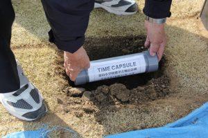 記念碑の背部に東西に埋められるカプセル