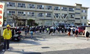 富山小学校正門の登校風景