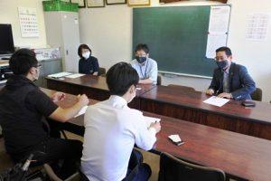 取材を受ける小橋会長、澁谷館長、本澤代表(右から)