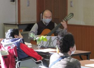 ギター伴奏の坪田さん