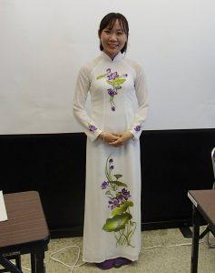 アオザイ姿のグエン キム リーさん