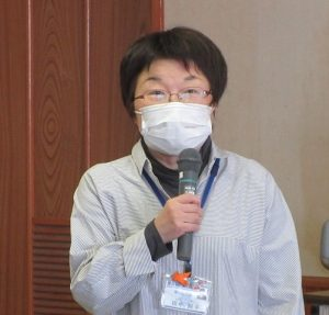 開会の挨拶をする田中主任