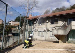 消防隊員による放水消火活動