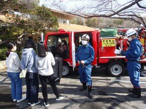 消防車について説明を聴く生徒たち