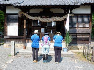 吉備津岡辛木神社を参拝する人