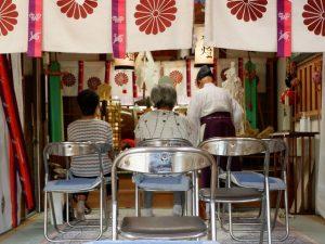 吉備津岡辛木神社でお祓いを受ける人