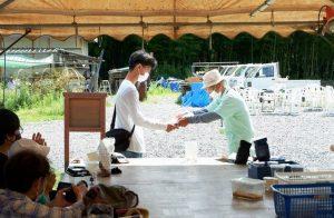 實村代表から伊藤君へ感謝状贈呈
