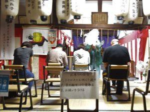 石髙神社でお祓いを受ける人