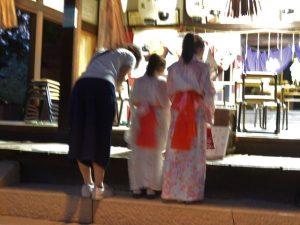 石髙神社で参拝する人